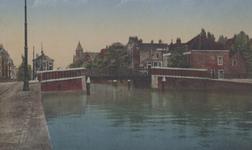 PBK-2005-640 Gezicht op de Teilingerbrug over de Rotterdamse Schie. Op de achtergrond het Sint-Franciscusgasthuis aan ...