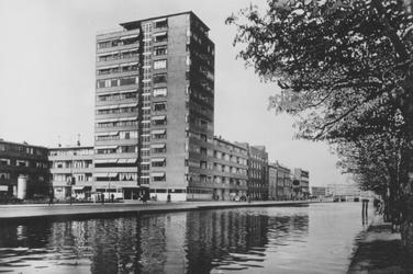 PBK-2005-648 Rotterdamse Schie vanaf de Schiekade oostzijde. Op de achtergrond de flat aan het Ungerplein, uit het ...