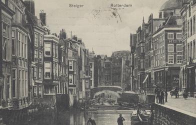 PBK-2005-661 De Steigersgracht met in het midden de Weezenbrug en rechts de Vlasmarkt, uit het oosten gezien.