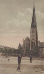 PBK-2005-666 Gezicht op het Stieltjesplein, op de achtergrond de kerk van de H.H. Martelaren van Gorkum, afgebroken in 1976.