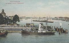PBK-2005-695 Gezicht op de Veerhaven, de Veerdam en de hoek van de Willemskade. Op de voorgrond een veerboot bij de ...