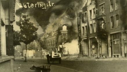 PBK-2005-785 Gezicht op de door het Duitse bombardement van 14 mei 1940 getroffen Weteringsraat, met nog brandende ...