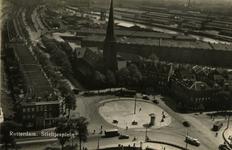 PBK-2006-30 Overzicht van het Stieltjesplein vanaf de spoorhefbrug. In het midden de rooms-katholieke kerk van de ...