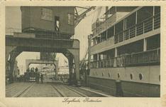 PBK-2007-241 Schepen aan de Lloydkade. De Rotterdamse Lloyd vestigde zich in het jaar 1908 ten zuiden van de zojuist ...