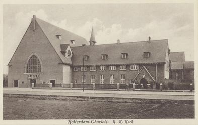 PBK-2038 De rooms-katholieke Sint-Michaël en Clemenskerk aan de Dorpsweg, uit het zuidwesten.