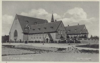 PBK-2040 De rooms-katholieke Sint-Michaël en Clemenskerk aan de Dorpsweg, gezien uit het zuidwesten.