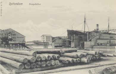 PBK-2055 Gezicht op de scheepswerf van de Rotterdamse Droogdok Maatschappij aan de Heijplaatstraat met links het in dok ...