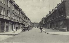PBK-2157 Gaesbeekstraat, vanuit het weste. Op de achtergrond de hoek van de Wieldrechtstraat. Rechts de Heenvlietstraat.