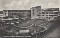 PBK-2215 De achterzijde van het complex van het Sophia Kinderziekenhuis met bijhorende tuin, uit het zuidwesten, vanaf ...