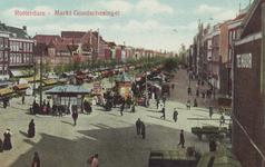 PBK-2258 Markt op de Goudsesingel, gezien uit het westen, op de achtergrond rechts molen De Noord aan het Oostplein.