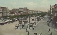 PBK-2259 De markt op de Goudsesingel, vanuit het westen. Op de voorgrond een kiosk en op de achtergrond rechts molen De ...