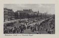 PBK-2262 Een overzicht van de weekmarkt op de Goudsesingel, vanaf de Meent, uit het westen. Aan de linkerkant van de ...
