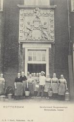 PBK-2279 Weesmeisjes en de kok voor de ingang van de keuken van het Burgerweeshuis aan de Goudsewagenstraat.