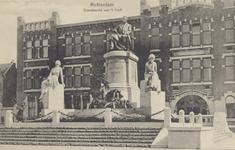 PBK-2325 Kranslegging op het van 't Hoff monument aan de 's-Gravendijkwal, vermoedelijk toen het onthuld werd. Op de ...