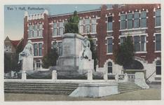 PBK-2326 Het van 't Hoff monument met op de achtergrond het gebouw van de Hogere Burgerschool, uit het zuidwesten gezien.