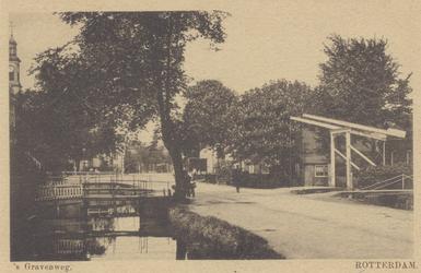 PBK-2352 Gezicht op de 's-Gravenweg bij de Hoflaan, links de toegang tot de christelijk-nationale school, en op de ...