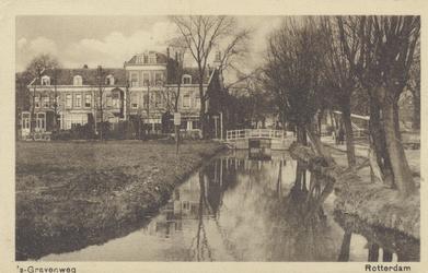 PBK-2358 's-Gravenweg, vanuit het oosten tussen de Essenlaan en de Vijverlaan. Het bruggetje verleende toegang tot de ...