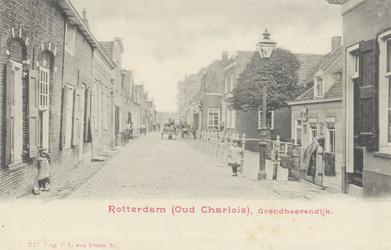 PBK-2385 Grondherendijk, vanuit het zuidwesten. Rechts het Post- en Telegraafkantoor en de hol naar de Kaatsbaan. Iets ...