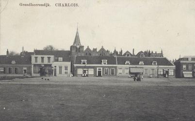 PBK-2386 Grondherendijk, gezien uit het westen. Op de achtergrond de toren van de van de Nederlandse Hervormde Oude Kerk.
