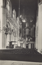 PBK-2447 Het interieur van de Grote Kerk, naar het orgel toe.