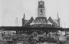 PBK-2477 Puinresten na het bombardement van 14 mei 1940.Gezicht op de Grote Kerk, op de voorgrond het spoorwegviaduct ...