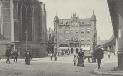 PBK-2499 Grotekerkplein, gezien uit het zuiden, links de Grote Kerk, rechts het spoorwegviaduct over de Binnenrotte, op ...