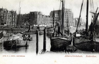 PBK-25 Het Boerengat. Links op de achtergrond gebouwen aan de Admiraliteitskade. Rechts oliemolen De Reus. Uit het ...