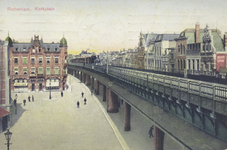 PBK-2500 Grotekerkplein gezien uit het zuiden, links de Grote Kerk, rechts het spoorwegviaduct over de Binnenrotte, op ...