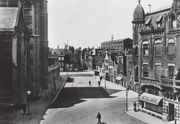 PBK-2503 Gezicht op het Grotekerkplein uit het oosten, rechts op de hoek met de Oppert, het monumentale pand waarin ...