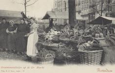 PBK-2505 Vrouwen bij rieten manden voor groentenstalletjes op de Grotemarkt.
