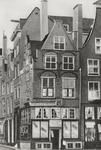 PBK-2511 Het huis ' In Duizend Vreezen ' aan de Grotemarkt nummer 11, uit het oosten gezien. Links het Hang.