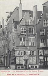PBK-2512 Het historische huis ' In duizend Vreezen ' aan de Grotemarkt nummer 11, gezien uit het oosten. Links het Hang.