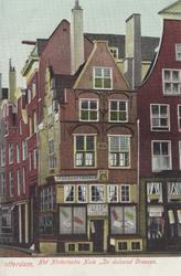 PBK-2513 Het Historische Huis ' In duizend Vreezen ' aan de Grotemarkt nummer 11, uit het oosten. Links het Hang.