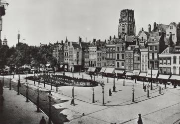 PBK-2520 Grotemarkt vanuit het zuidoosten. Boven de panden steekt de toren van de Sint-Laurenskerk omhoog, in het ...