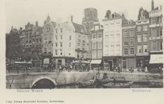 PBK-2524 Gezicht op de Grotemarkt, in het midden tussen de panden de Wijde Marktsteeg, rechts hiervan het Steiger met ...
