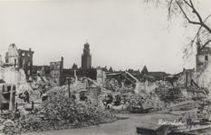 PBK-2540 Gezicht op de door het Duitse bombardement van 14 mei 1940 getroffen Oppert. Op de achtergrond de ...