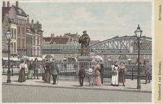 PBK-2556 Grotemarkt met het standbeeld van Erasmus vanuit het westen. Op de achtergrond het spoorwegviaduct en de ...