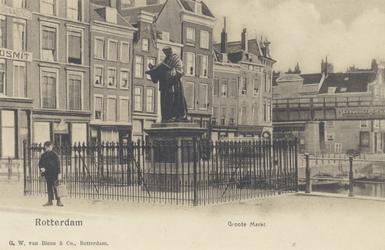PBK-2563 Grotemarkt bij het standbeeld van Erasmus, uit het zuidwesten gezien.