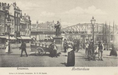 PBK-2566 Grotemarkt bij het standbeeld van Erasmus, uit het westen gezien.