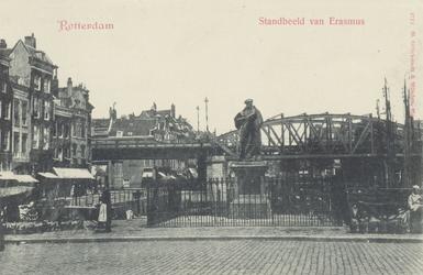 PBK-2567 Grotemarkt, in het midden het standbeeld van Erasmus uit het westen gezien. Op de achtergrond het ...