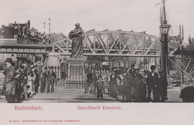 PBK-2569 Het standbeeld van Erasmus op de Grotemarkt, uit het westen gezien. Op de achtergrond het spoorwegviaduct.