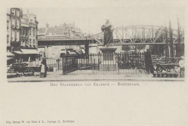 PBK-2570 Grotemarkt bij het standbeeld van Erasmus gezien uit het westen. Op de achtergrond het spoorwegviaduct.