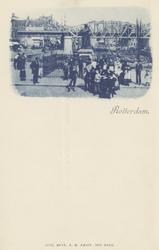 PBK-2571 Grotemarkt bij het standbeeld van Erasmus, uit het westen gezien. Op de achtergrond het spoorwegviaduct.