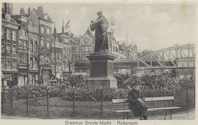 PBK-2574 Grotemarkt met het standbeeld van Erasmus vanuit het westen.