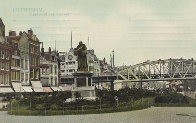 PBK-2581 Standbeeld van Erasmus met panden aan de noordzijde van de Grotemarkt vanuit het westen. Op de achtergrond een ...