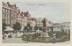 PBK-2583 Gezicht op het stanbeeld van Erasmus aan de Grotemarkt, gezien uit het westen, links panden aan de noordzijde. ...