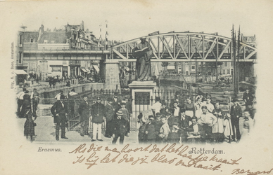 PBK-2586 Gezicht op het standbeeld van Erasmus op de Grotemarkt, uit het westen. Op de achtergrond het spoorwegviaduct.
