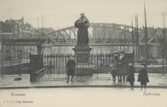 PBK-2587 Het standbeeld van Erasmus aan de Grotemarkt, gezien uit het westen, op de achtergrond het spoorwegviaduct.