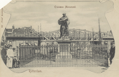 PBK-2589 Het standbeeld van Erasmus aan de Grotemarkt, vanuit het westen. Op de achtergrond het spoorwegviaduct.