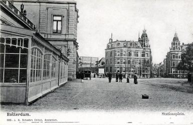 PBK-259 Gezicht op het Stationsplein. Tussen de beide torentjes rechts, het begin van de Delftsestraat.